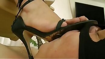 braces curves fingerfucking sofa on toes