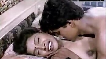 Busty bro Indian girlie giving a blowjob to her lucky client